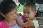 Bé trai 4 tuổi đau đớn chống chọi bênh ung thư máu vì không có tiền