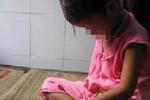 Ở nhà một mình, bé gái bị hàng xóm ép ra bờ suối cưỡng bức