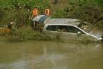 Quá trình trục vớt thi thể 4 nạn nhân bị lũ cuốn trong xe ôtô 7 chỗ