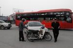 PGĐ Sở TN&MT gây tai nạn, đút tay túi áo đứng nhìn người gặp nạn