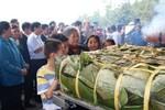 Dâng cặp bánh chưng khổng lồ nặng 700kg lên mộ thân mẫu Bác Hồ