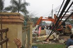 Xe cẩu húc đổ cổng nhà văn hóa sau đám cưới, 3 người chết