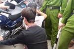 Hàng trăm người dân vây bắt hai đối tượng trộm xe máy