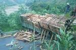 Quảng Bình: Chở quá nhiều gỗ, xe tải chắn ngang quốc lộ 12A