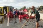 Xe chở bia lật đổ nhào ra đường, dân giúp tài xế gom lại