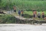 Hàng trăm hộ dân hàng ngày đánh đu với cầu tạm để qua sông