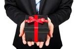Ông lấy quà tặng họ mà họ không nhận thì quà đấy về tay ai?