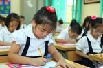 Kiểm tra cuối học kì, giáo viên chủ nhiệm ra đề thi và chấm bài