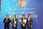 Bộ trưởng Phùng Xuân Nhạ chúc mừng các nhà khoa học đạt Giải thưởng Tạ Quang Bửu