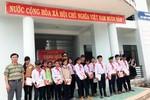 Thầy và trò cũ đi tặng quà học sinh vùng cao Quảng Ngãi