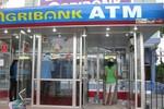 Thẻ ATM bị trừ tiền oan, khách mòn mỏi chờ Agribank giải quyết