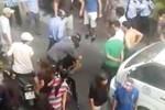 Clip: Đám đông bắt tên cướp giật máy ảnh của khách Tây ở Sài Gòn