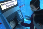 """""""Ngã ngửa"""" vì đưa thẻ ATM cho người thân đi rút tiền"""