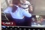Video: 4 đối tượng quây đánh dã man một nữ nhân viên soát vé