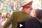 Video: Người mặc sắc phục công an đẩy phụ nữ ngã sấp mặt xuống đường