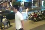 Video: Nam thanh bị cướp điện thoại khi ngồi uống nước ở vỉa hè