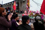 Vụ dân quỳ trước cổng ủy ban: Dân vẫn thay nhau thắp hương kêu cầu