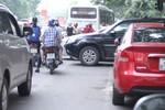 HN: Đường Hoàng Đạo Thúy tắc 'kinh niên' vì ô tô cắm ngang, xiên dọc