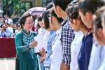 Phó Chủ tịch nước Nguyễn Thị Doan trao quà cho sinh viên nghèo