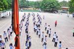 Đồng loạt các trường học ở HN treo cờ rủ, thầy và trò đều xúc động