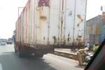 Phát hoảng với hình ảnh xe đầu kéo buộc container bằng sợi xích
