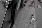 Clip: Cô gái ngã văng xuống đường vì bị cướp giỏ xách ở Sài Gòn