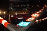 Xe buýt vượt cầu cấm, thanh giới hạn chiều cao đổ vỡ kính xe Mercedes