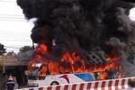 Hà Nội: Xe khách 45 chỗ bốc cháy ngùn ngụt ở đường trên cao