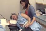 """Video: """"Ông chồng vật vã vì đau đẻ"""""""