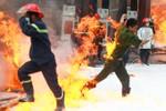 Ảnh: Chiến sĩ cảnh sát PCCC trong biển lửa xúc động mạnh dư luận