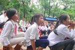 Tịch thu, cắt dép của học trò nghèo