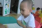 Bé trai 26 tháng tuổi biết đọc truyện