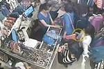Video: Cận cảnh thủ đoạn móc túi iPhone của 2 'nữ quái'