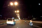 Video: Quái xế nằm trên yên đua xe máy ở xa lộ Hà Nội