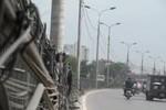 Hà Nội: Dây cáp điện đổ rạp xuống đoạn đường dài gần nửa cây số