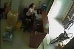 Video: Bị kẻ cắp cuỗm mất xe máy ngay trước mặt mà  không hề hay biết