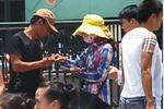 Video: 'Moi tiền' trắng trợn với vỏ bọc bán tăm từ thiện cho các sĩ tử