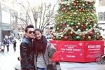 Vợ chưa cưới 9X  tình tứ với Lam Trường trên phố