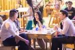 Bắt gặp 'quý cô' hàng hiệu Lý Nhã Kỳ 'lê la' ăn quán vỉa hè