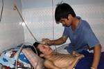 Chàng trai nghèo 4 năm chăm sóc người hàng xóm bại liệt