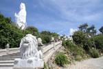 """Sư tử đá vẫn """"bủa vây"""" chùa Linh Ứng"""