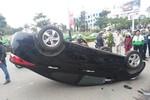 Ngồi trên vỉa hè chờ khách, tài xế xe ôm bị ô tô tông