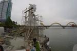 """Clip: """"Cá chép hóa rồng"""" nặng 200 tấn bên sông Hàn"""