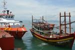 Cứu 12 ngư dân gặp nạn trên biển