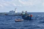 Tàu Việt Nam cứu giúp ngư dân, tàu Trung Quốc lượn quanh trêu ngươi, ngăn cản
