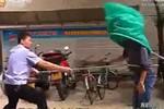 """Cảnh sát Trung Quốc """"phát minh"""" vợt cá, thần xoa bắt tội phạm"""