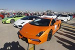 """Hàng trăm siêu xe và """"chân dài"""" tề tựu về Côn Minh đua xe mạo hiểm"""