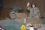 """Shinzo Abe mặc áo lính, """"cưỡi xe tăng"""" kêu gọi bảo vệ chủ quyền"""