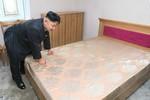 Ảnh: Kim Jong-un đích thân kiểm tra chất lượng giường đệm chung cư