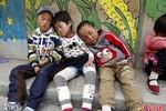 Ảnh: Trẻ mầm non Trung Quốc vật vạ tựa tường ngủ trưa